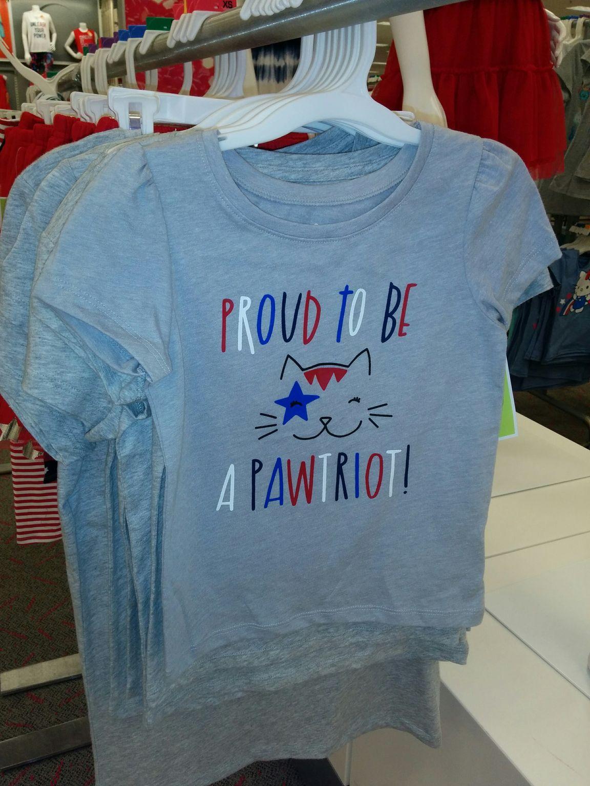 Un t-shirt pour ceux qui aiment les USA et les chats : un jeu de mot entre patriot et paw (patte).