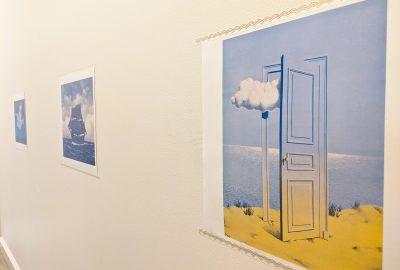 Tableaux de Magritte dans un couloir