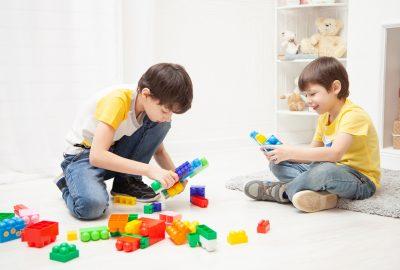 Deux enfants jouent aux duplos